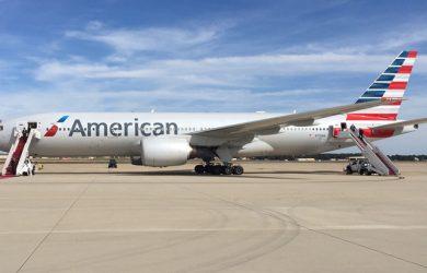 Boeing 777 de American Airlines en plataforma.