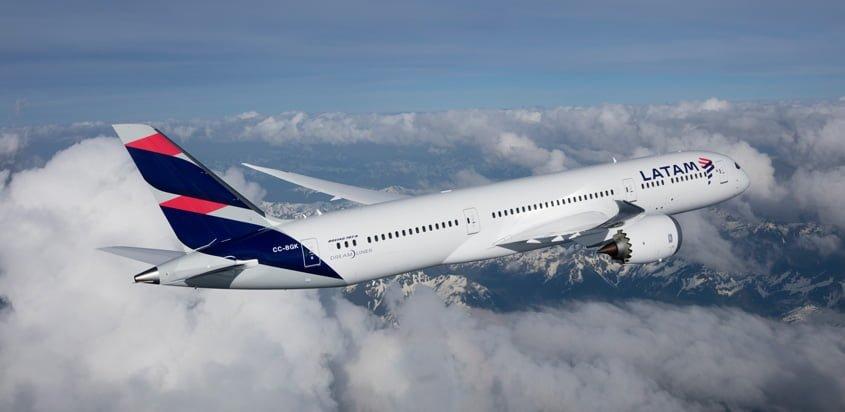 Boeing 787-9 de LATAM Airlines volando sobre Los Andes.