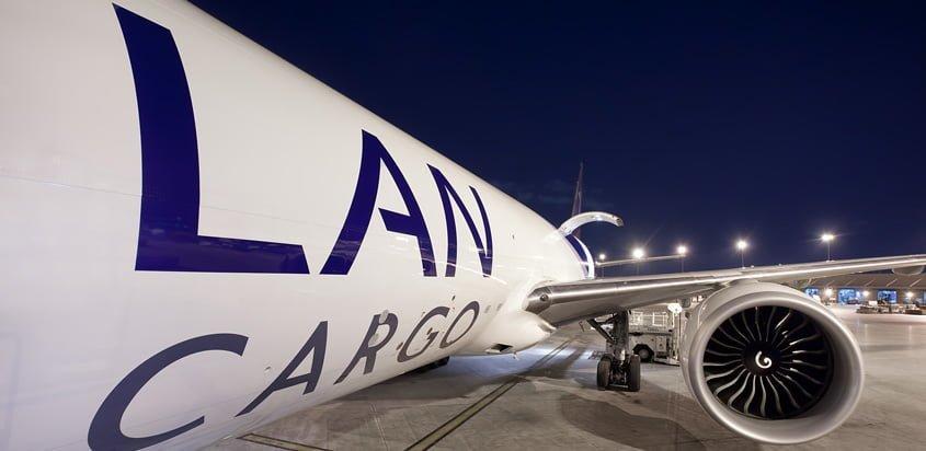 Boeing 777F de LATAM Cargo visto desde la puerta de embarque.