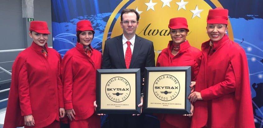 Tripulación de Avianca recibiendo el reconocimiento de Skytrax como mejor aerolínea de Suramérica.