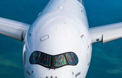 Frente del Airbus A350XWB en vuelo.