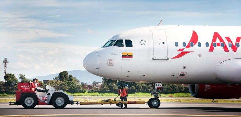 Airbus A319 de Avianca siendo remolcado.