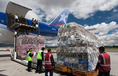 Movimiento de carga aérea de flores en Bogotá por San Valentín.