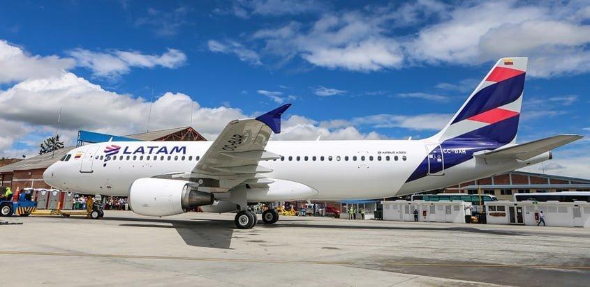 Airbus A320 de LATAM Airlines Colombia en plataforma.