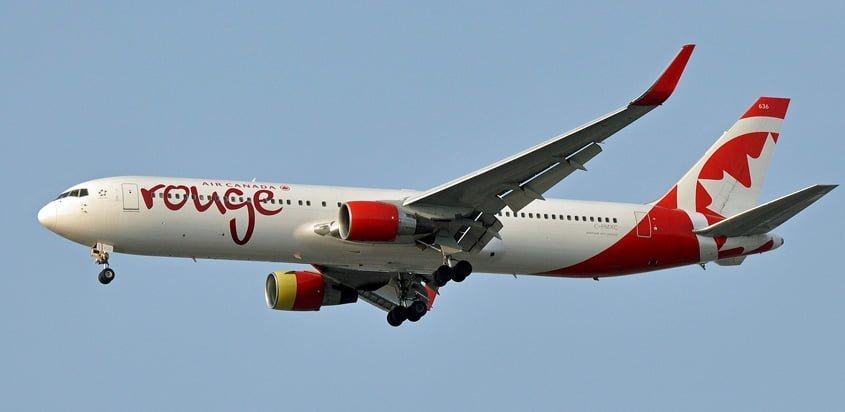 Boeing 767-300ER de Air Canada Rouge aterrizando en Vancouver.