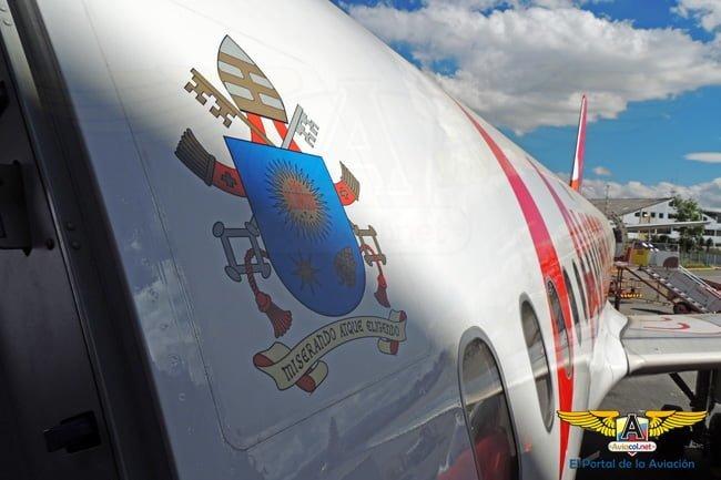 Escudo del Vaticano en el Airbus A320 de Avianca que transporta al Papa Francisco.