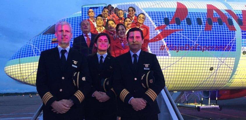 Tripulación de Avianca en el Boeing 787 que lo regresó a Roma.