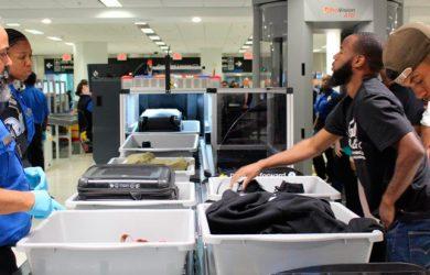 Filas de revisión automatizada del Aeropuerto Internacional de Miami.