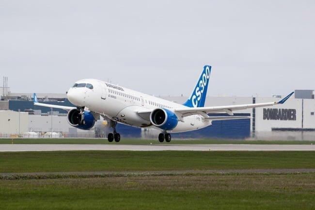 Bombardier CS300 despegando.