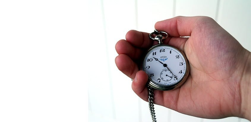 Reloj de mano contando el tiempo.