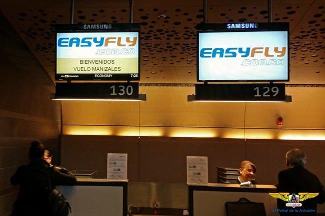 Área de Check-In de EasyFly con bienvenida a los vuelos hacia Manizales.