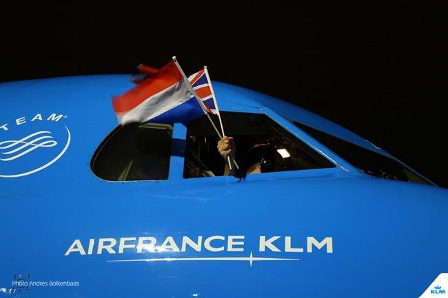 Pilotos del último vuelo del Fokker 70 en la flota de KLM despiden el avión.