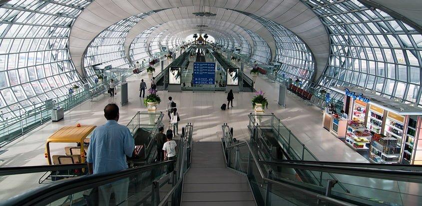 Vista interior del Aeropuerto Internacional Suvarnabhumi de Bangkok, Tailandia.