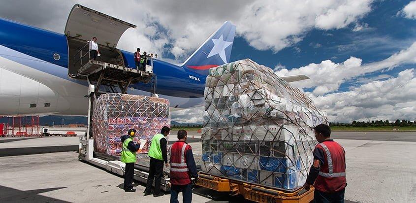 Carga de flores a un Boeing 777 de LATAM Cargo.