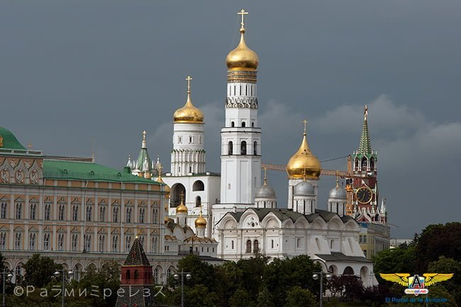 Vista nocturna del Kremlin en Moscú, Rusia.