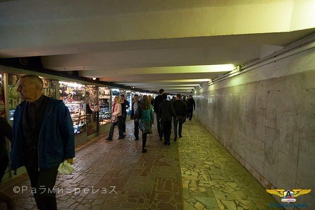 Paso Subterráneo en Moscú don hay tiendas y locales de venta de comida.