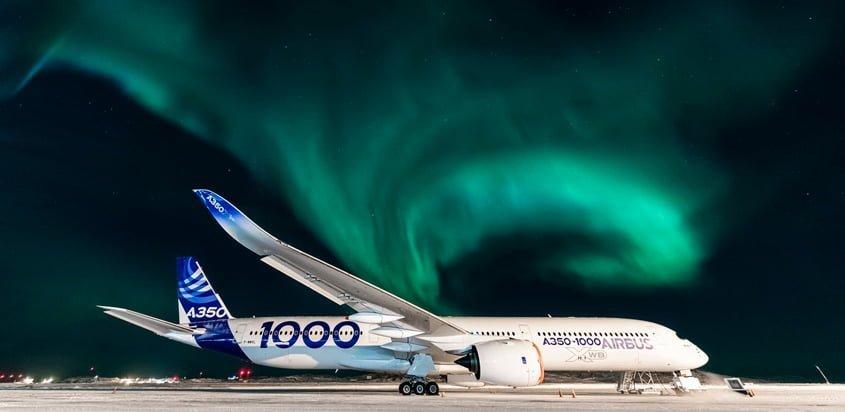 Airbus A350-1000 con la Aurora Boreal de fondo.