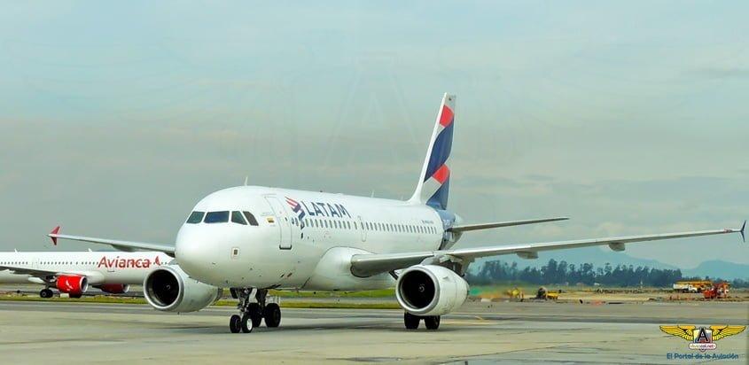 Airbus A319 de LATAM Airlines, en rodaje, en Bogotá.