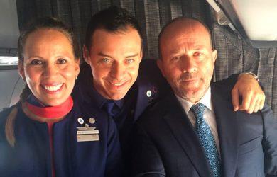 Auxiliares de vuelo se casan en Vuelo del Papa Francisco en Chile.