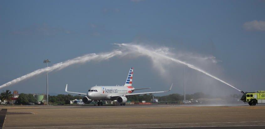 Airbus A319 de American Airlines en vuelo inaugural a Cartagena, Colombia.