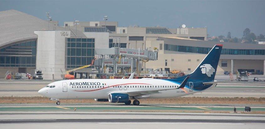 Boeing 737-800 de AeroMéxico en el Aeropuerto Internacional de Los Ángeles.