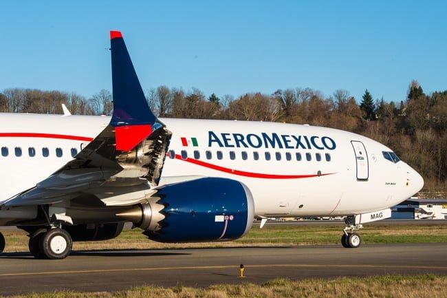 Boeing 737-8 MAX de AeroMéxico, en rodaje sobre en Boeing Field.