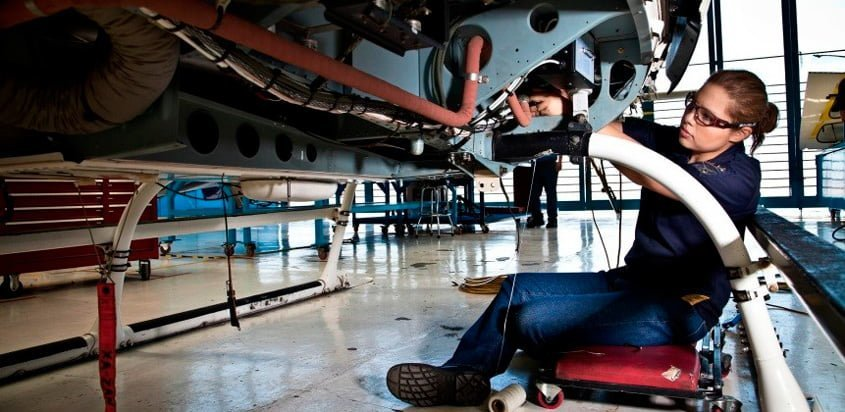 Marisol Meza de México, en reparación de un helicóptero.