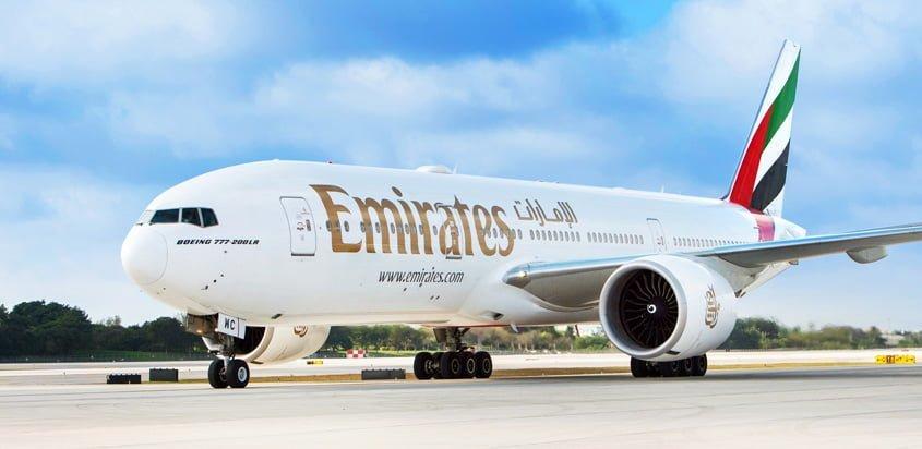 Boeing 777-200ER de Emirates en rodaje.