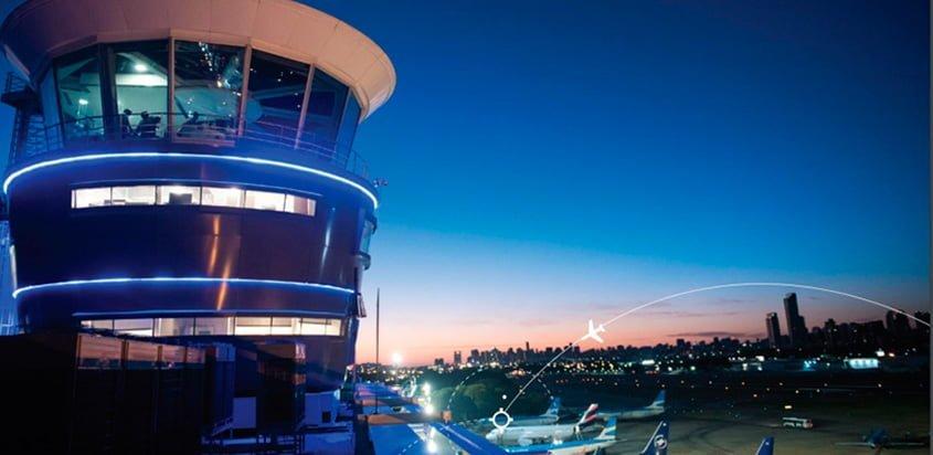 Torre de control del Aeroparque en Buenos Aires, Argentina.