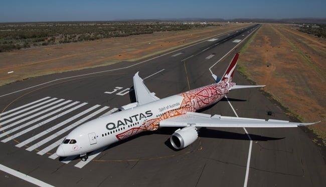 """Boeing 787-9 de Qantas """"Emily Kame Kngwarreye"""", con esquema de pintura de culturas indígenas australianas."""