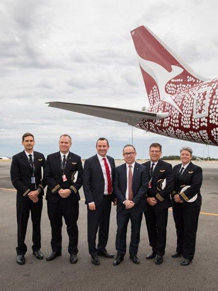 Tripulación del primer vuelo sin escalas entre Perth y Londres.