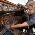 Zulma Gallego en trabajo de mantenimiento de un avión de American Airlines.
