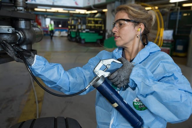 Zulma Gallego, Mecánica de Aviación de American Airlines, en labores de mantenimiento.