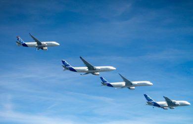 Familia de aviones de Airbus en vuelo.