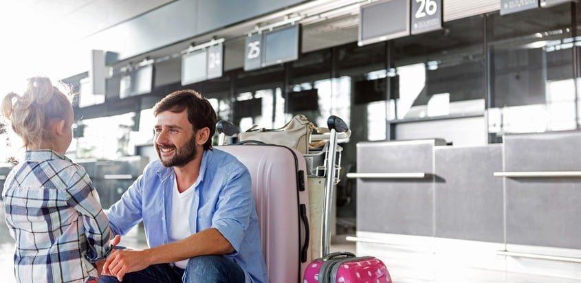 Menores viajando por avión.