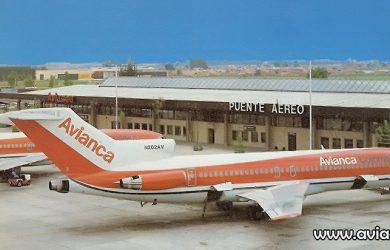 Terminal Puente Aéreo de Avianca con un Boeing 727 en plataforma.