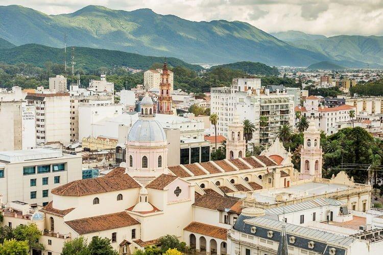 Vista de la Plaza principal de Salta, Argentina.