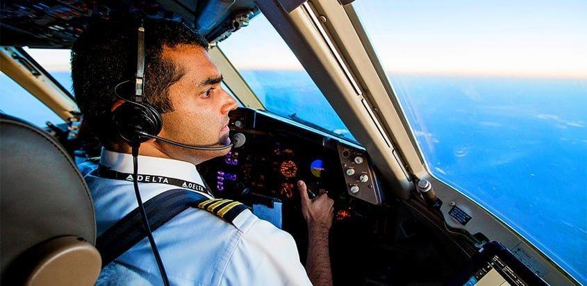 Piloto de Delta Air Lines en la cabina de uno de los aviones de la aerolínea.