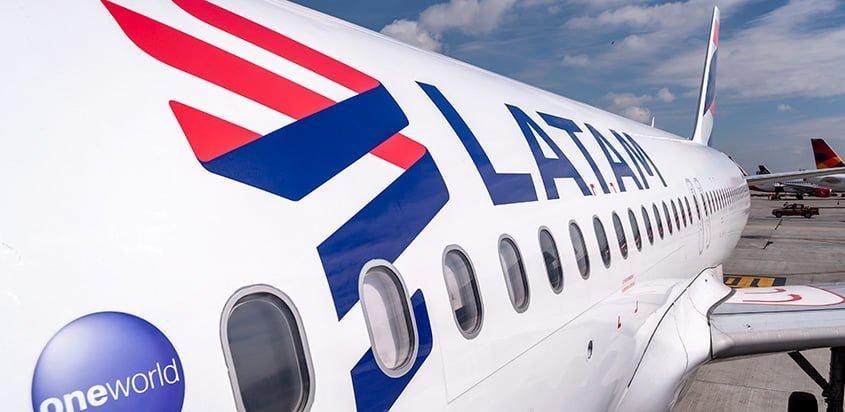 Logo lateral de un Airbus A320 de LATAM Airlines.