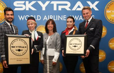 Empleados de Norwegian recibiendo el Premio de Skytrax como Mejor Aerolínea de Bajo Costo.