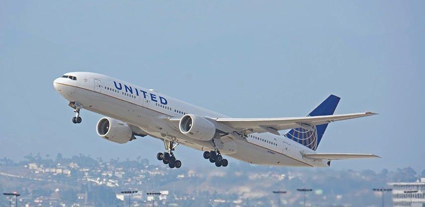 Boeing 777-200ER de United despegando de Los Ángeles.