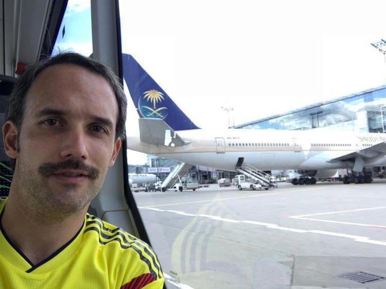 César Alejandro Uribe Tovar con un Boeing 777 de Saudia en Frankfurt.