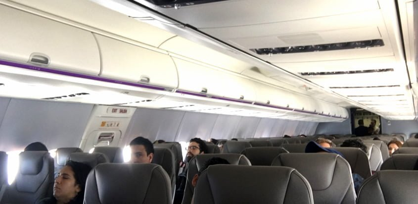 Vista interior en un vuelo de Wingo entre Bogotá y Cancún.