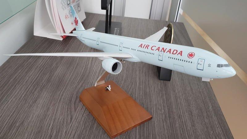 Modelo a escala de un Boeing 777-300ER de Air Canada Rouge.
