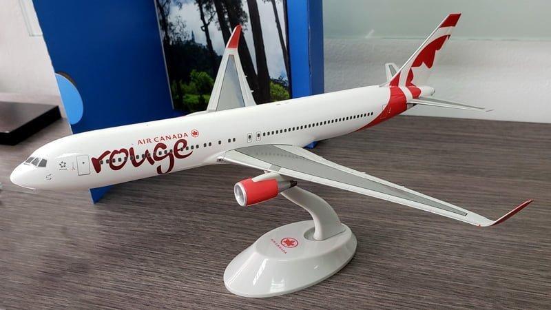Modelo a escala de un Boeing 767-300ER de Air Canada Rouge.