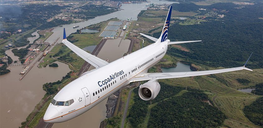 Boeing 737 MAX 9 de Copa Airlines sobrevolando el Canal de Panamá.