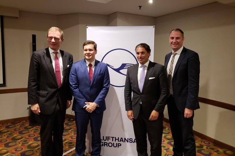 Directivos de Lufthansa en la rueda de prensa celebrada en Bogotá.