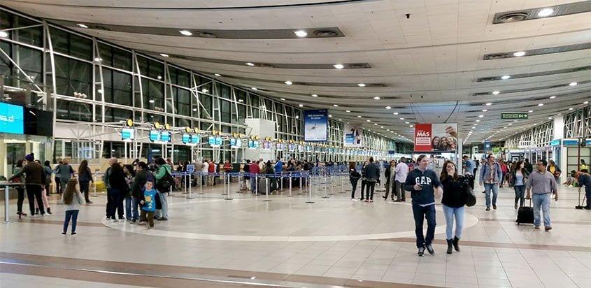 Vista de la Terminal del Aeropuerto Arturo Merino Benítez de Santiago de Chile.