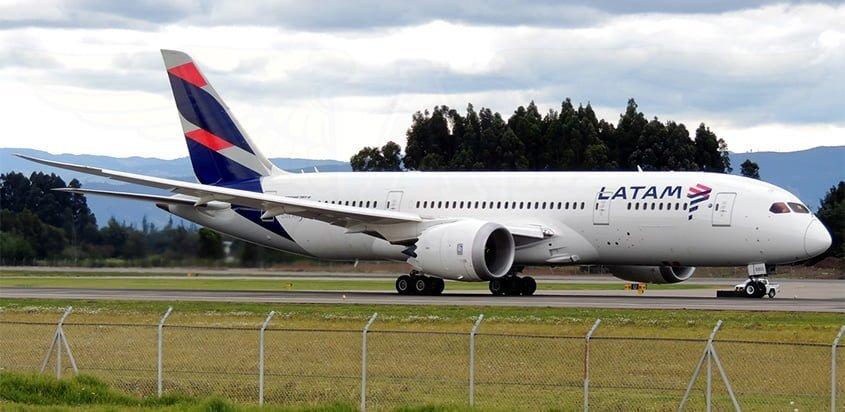 Boeing 787-8 de LATAM Airlines despegando de Bogotá.