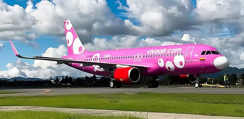 Airbus A320 de Viva Air con livery de la prevención del cáncer de mama.